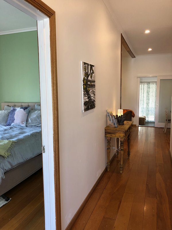 interiores renovados manteve os pisos de madeira de 100 anos de idade.