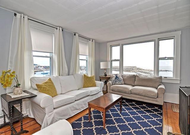 A sala tem uma vista linda de Pigeon Cove.