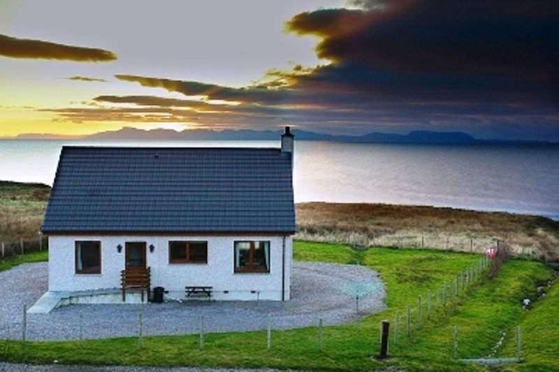 Rona.Over looking the sea,Skye,Harris,Lewis.Whale watching.Northern lights.Beach, holiday rental in Aultbea