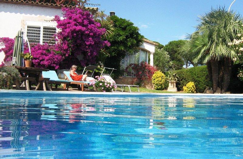 Relajarse en la piscina de agua salada grande, calentado