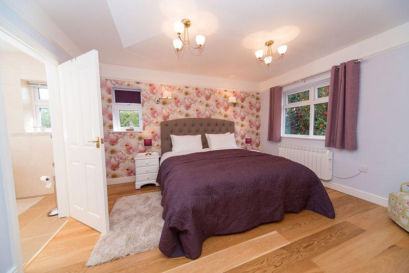 Chambre spacieuse avec un super lit king size et salle de douche.