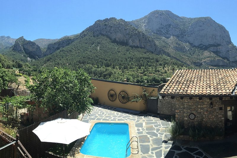 Traditional Spanish House with Swimming Pool & Mountain Views in the Pyrenees, vacation rental in Organya