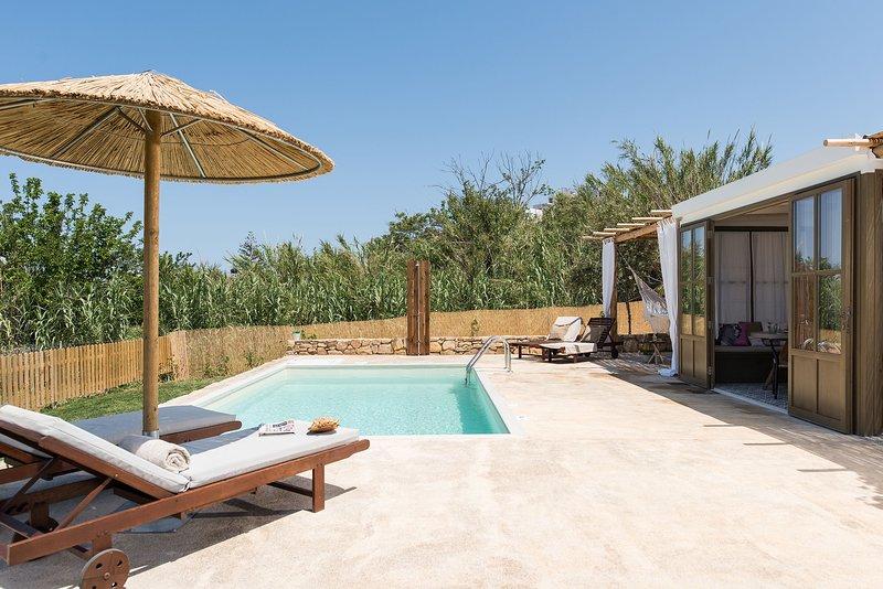 Villa San Pietro - walking distance to the beach & shops! Room service available, alquiler vacacional en La Canea
