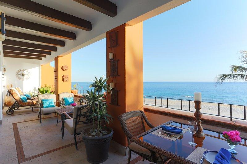 Ampio balcone privato con vista sull'oceano con aree separate per socializzare, rilassarsi e mangiare