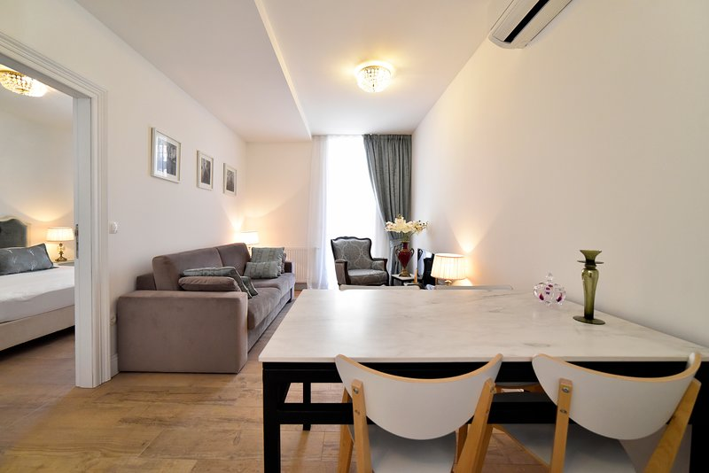 Manduša White Baroque Apartment with Balcony 4* - - 2 minutes from main square, vacation rental in Zagreb