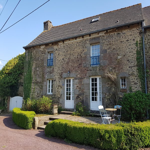 LA MAISON BLANCHE - a rustic farmhouse with pool!, location de vacances à Lanouée