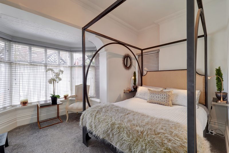 ! Marvellous Mulberry House! luxury apartment with four poster bed- FREE parking, vacation rental in Manchester