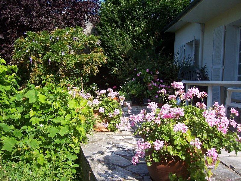 chambre dans maison particulière, en ville, avec jardin salle de bain partagée, holiday rental in Champigny-en-Beauce