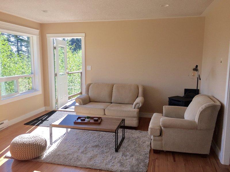 Wohnraum mit Türöffnung zum Deck