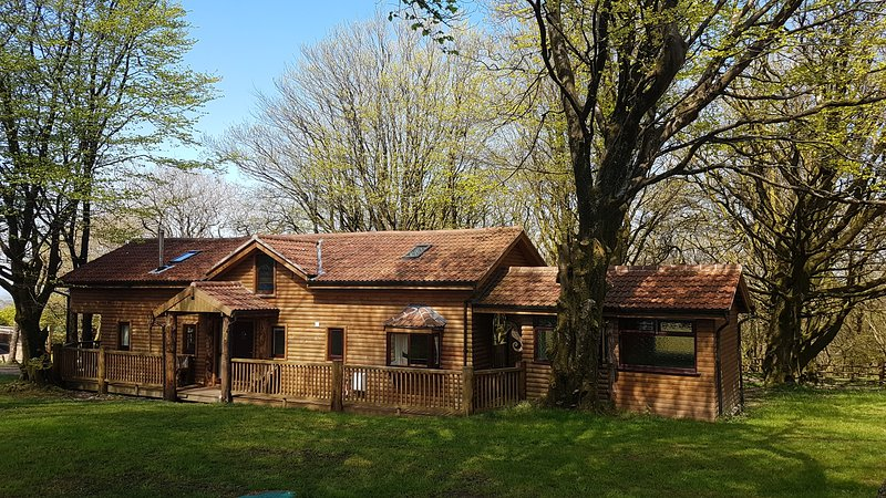 Woodpecker Lodge, showing front garden and the hot tub room at right hand side. Parking at rear.