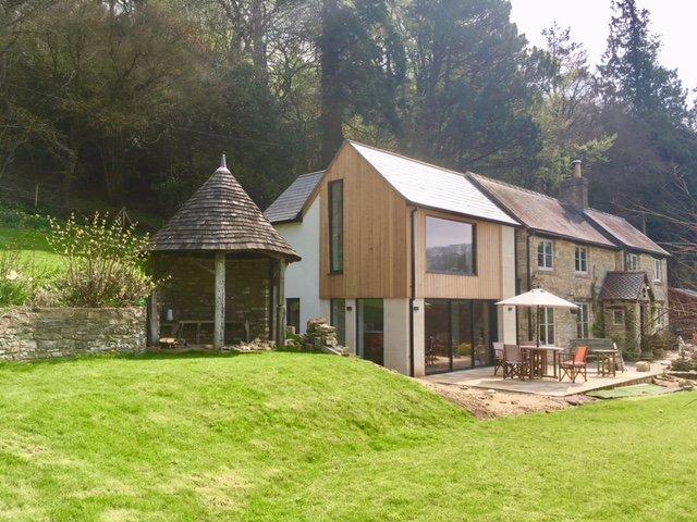 Vue de la maison avec une nouvelle extension, tonnelle et une partie du grand jardin