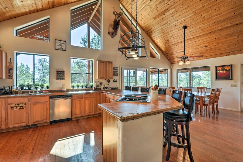 Upscale Cabin Living: Golf, Fish, & Hike Show Low!, holiday rental in Snowflake