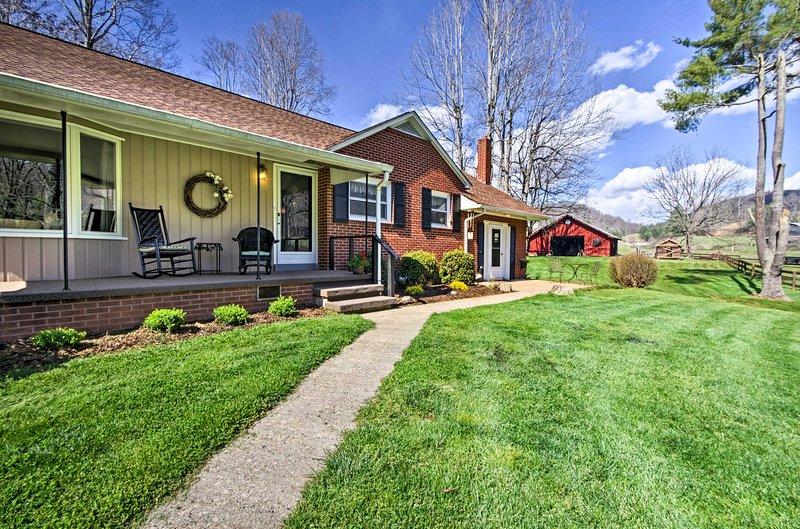 Scenic Mtn Home by Chestnut Ridge, near Asheville!, casa vacanza a Canton
