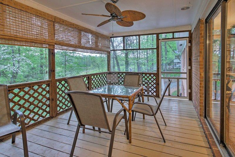 Ce 5 lits, vacances maison de location 3 de bain dispose d'une table de billard et terrasse.