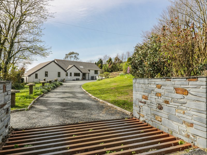 HIGHER KERNICK FARM, spacious interior, countryside views, enclosed grounds, in, holiday rental in Kennards House