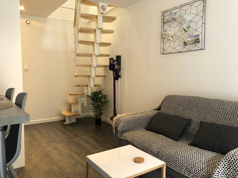 sala de estar (planta baja) con zona de cocina y TV 4K