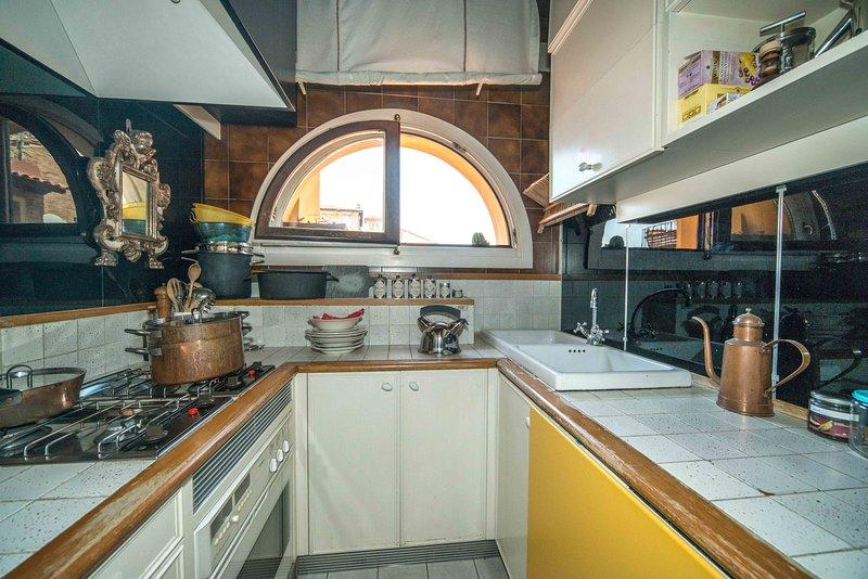 Cocina se compone de anillos, horno, lavavajillas, refrigerador.