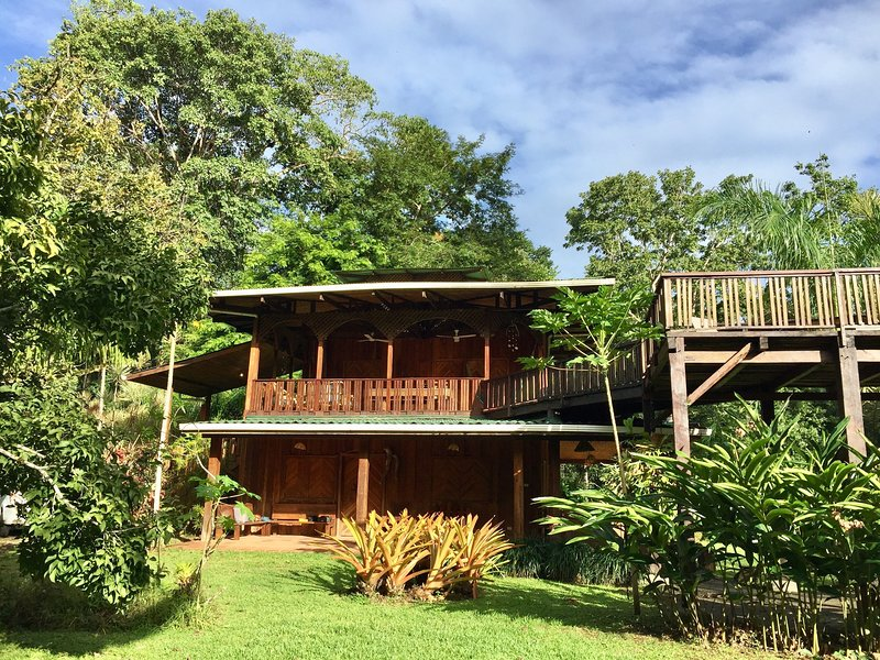 Heliconia Peaceful Beach and Garden Retreat House, location de vacances à Cocles