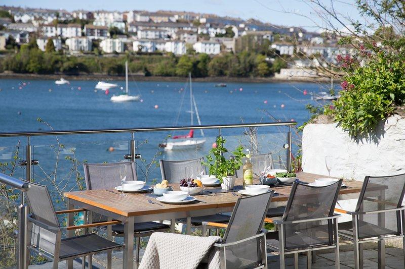 Pendeen - sleeps 9 with stunning water views and parking, location de vacances à Mylor Churchtown