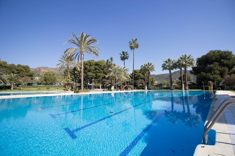 Spacious house with pool access, location de vacances à Naquera