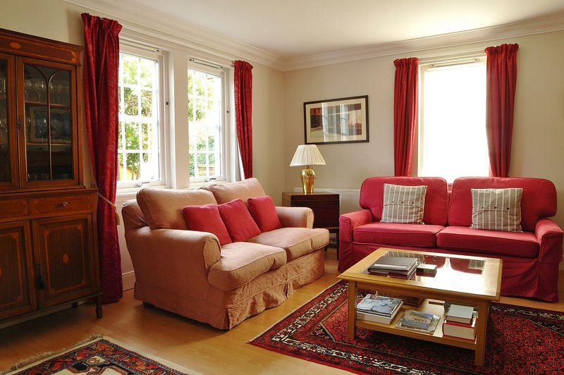 Peaceful 2 bedroom apartment in Perth City Centre with private garden, holiday rental in Perth