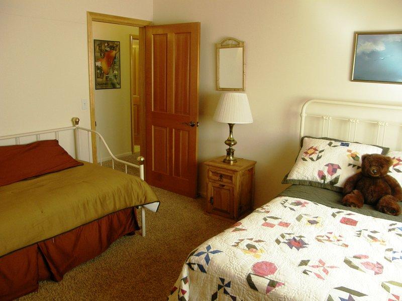 Chambre à coucher deux, un lit double et un lit d'appoint jumeau +. 4 couchages totale.