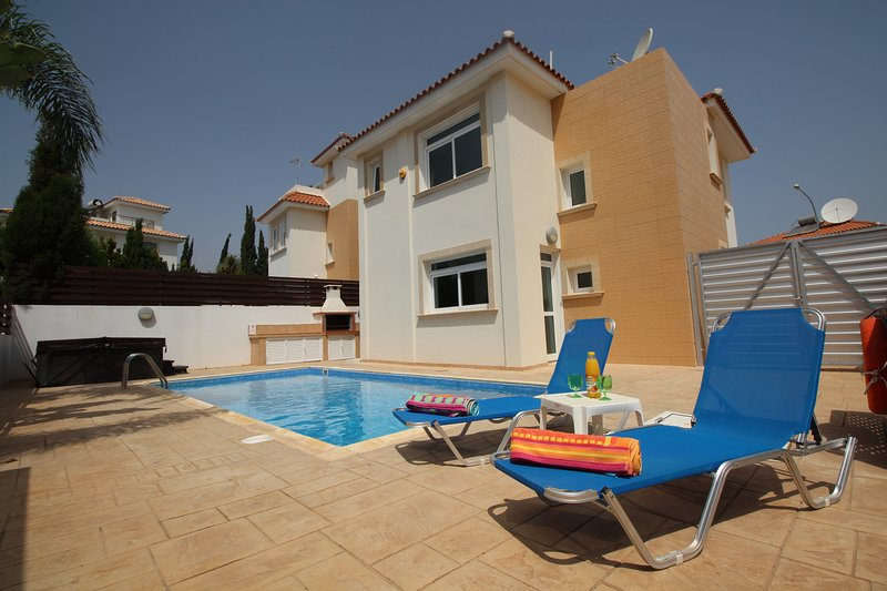 Luxury Holiday Villa with Pool, Hot Tub and Wi-Fi in Protaras near Fig Tree Bay, holiday rental in Protaras