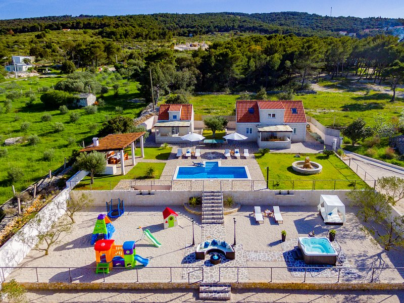 Villa MIS by the sea with heated pool and jacuzzi+6 bikes free of charge (6+4), vacation rental in Supetar