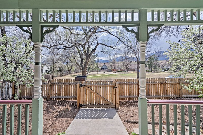 Spectacular mountain views greet 6 guests from this 3-bedroom, 2-bath Victorian.