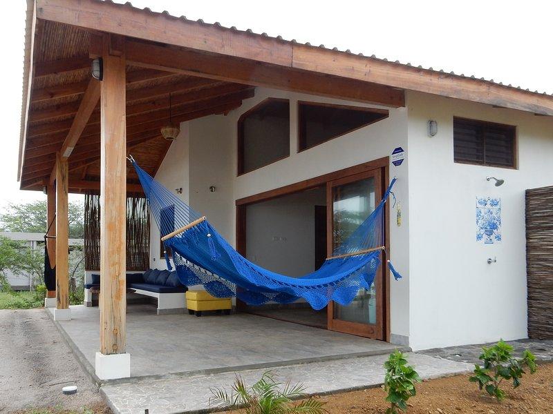 Frente a la playa, duermen 6 con A/C, todos los servicios., vacation rental in Tola