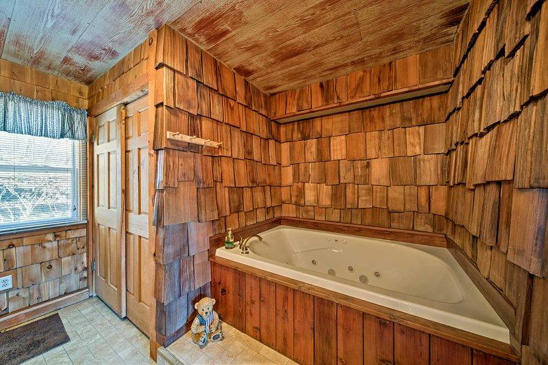 Installez-vous dans le luxueux bain à remous.
