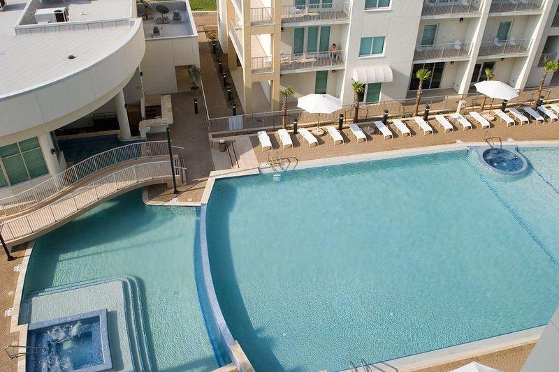 Vue sur la piscine du cinquième balcon qui a la double vue: face à la plage et la piscine.