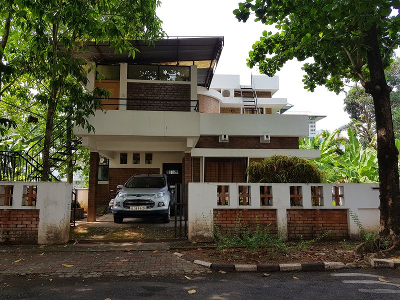 Quiet and private 3 bedroom Villa within the city, holiday rental in Maradu