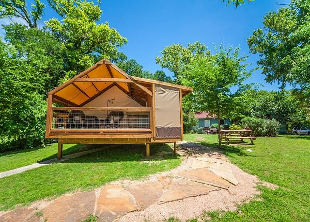 Stylish Glamping * Geronimo Creek Retreat! Insulated, AC&Heat w/ Kitchenette!, holiday rental in Seguin