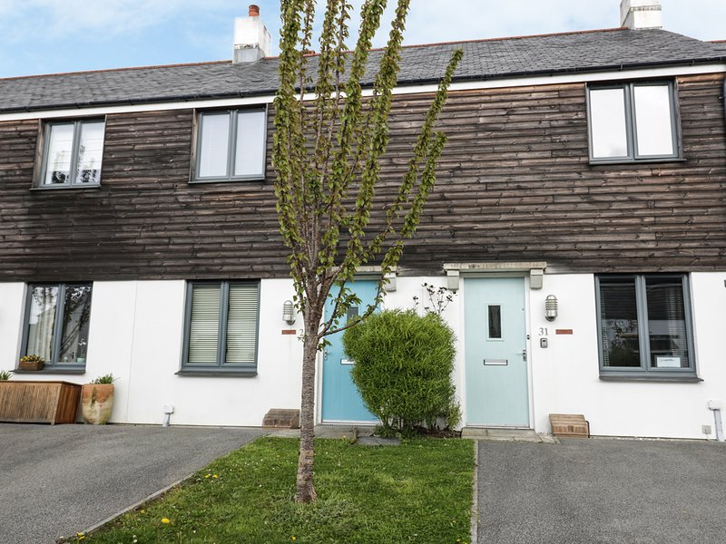 THE MACKEREL, short walk to the harbour, nearby beaches, lawned garden and, holiday rental in Charlestown
