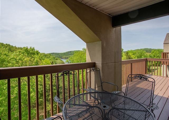 Beautiful View 2 Bedroom, 2 Bath Condo close to SDC and Table Rock Lake!, holiday rental in Branson