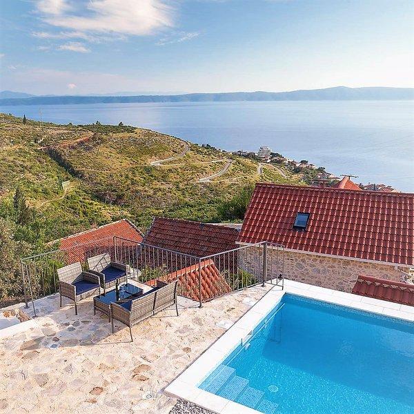 Spacious villa with swimming-pool, alquiler de vacaciones en Podgora