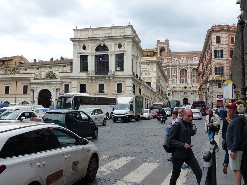 Mit Blick auf Via Cesare Battisti rechter Seite - Wax Museum