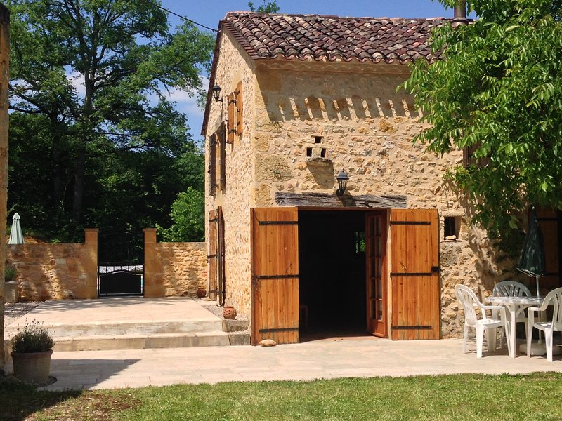Three Bedroomed Perigordian Stone Cottage, vacation rental in Labouquerie