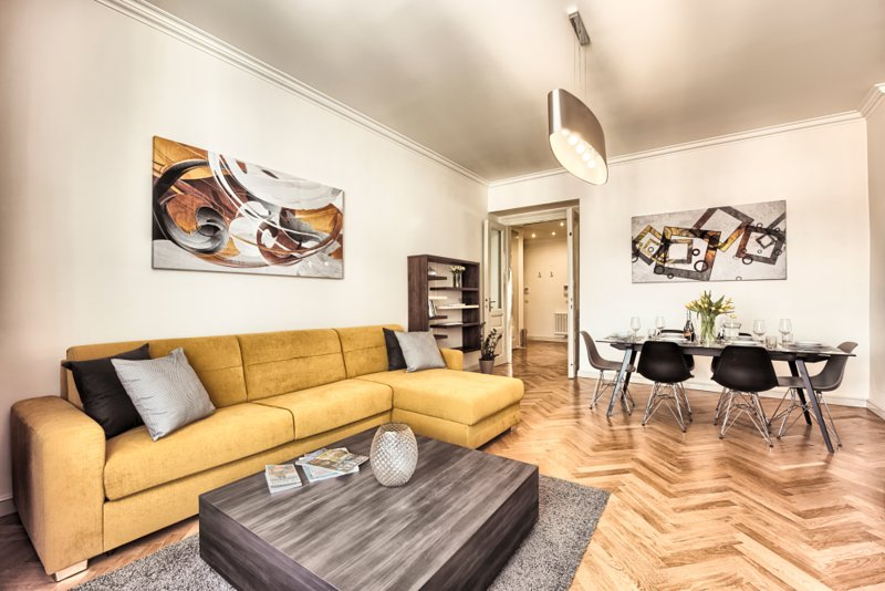 Canapé confortable dans le salon et la salle à manger pour 6 personnes