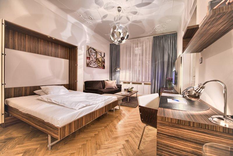 lit pliant situé dans la salle de séjour spacieuse