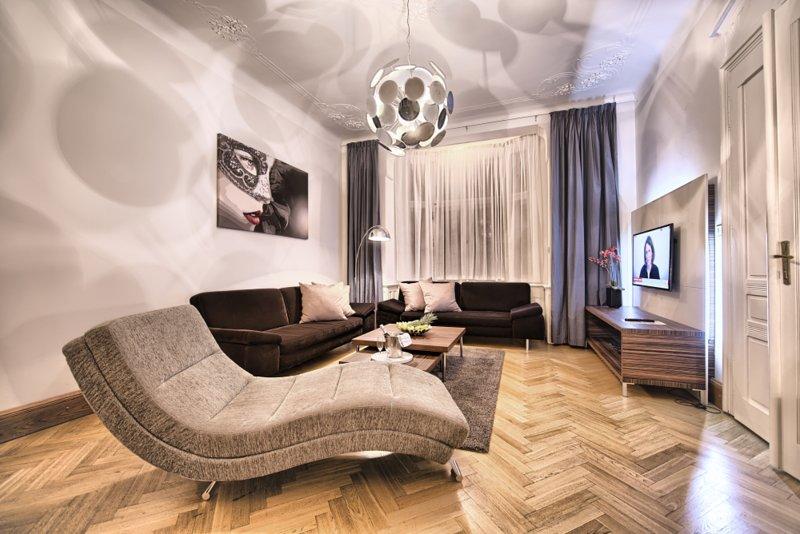 Amplia sala de estar con cómodos sofás y TV de pantalla plana