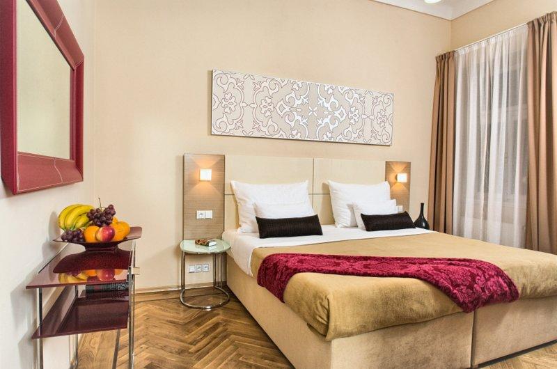 Dormitorio moderno y acogedor con cama king-size.