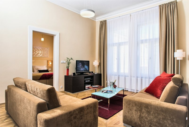 Acogedora sala de estar con cómodos asientos y Smart TV
