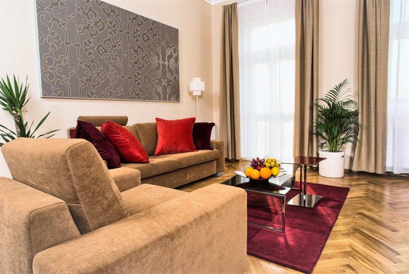 Moderner Wohnbereich, entworfen in hellen Farben