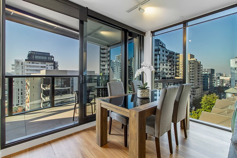 Bright Apartment with City Views in Trendy Locale, holiday rental in Toorak
