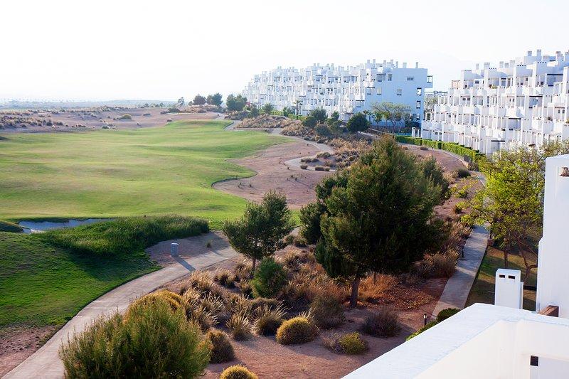 Luxe penthouse op het golfresort Condado de Alhama met uitzicht op de golfbaan, holiday rental in Alhama de Murcia