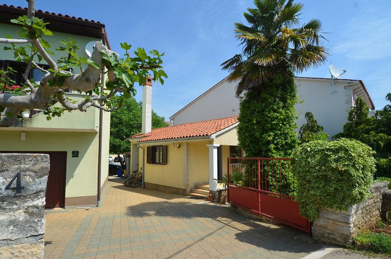 Apartman 2+2  Red Romantic - offer brakfast, holiday rental in Bibici