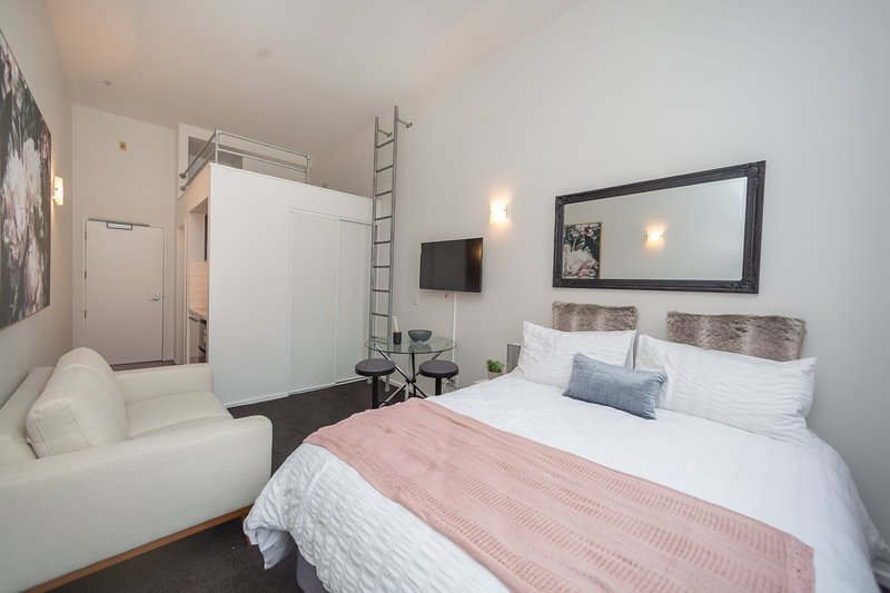 Large weekly and Monthly discount - Lovely Urban Studio Plus Loft on Queen Stree, vacation rental in Epsom