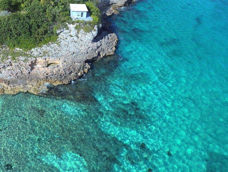 Un entorno excepcional en una península rocosa. Hay 2 playas a la izquierda y la derecha.